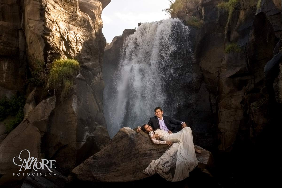 Sesion de fotos trash the dress en cascada de agua manantial