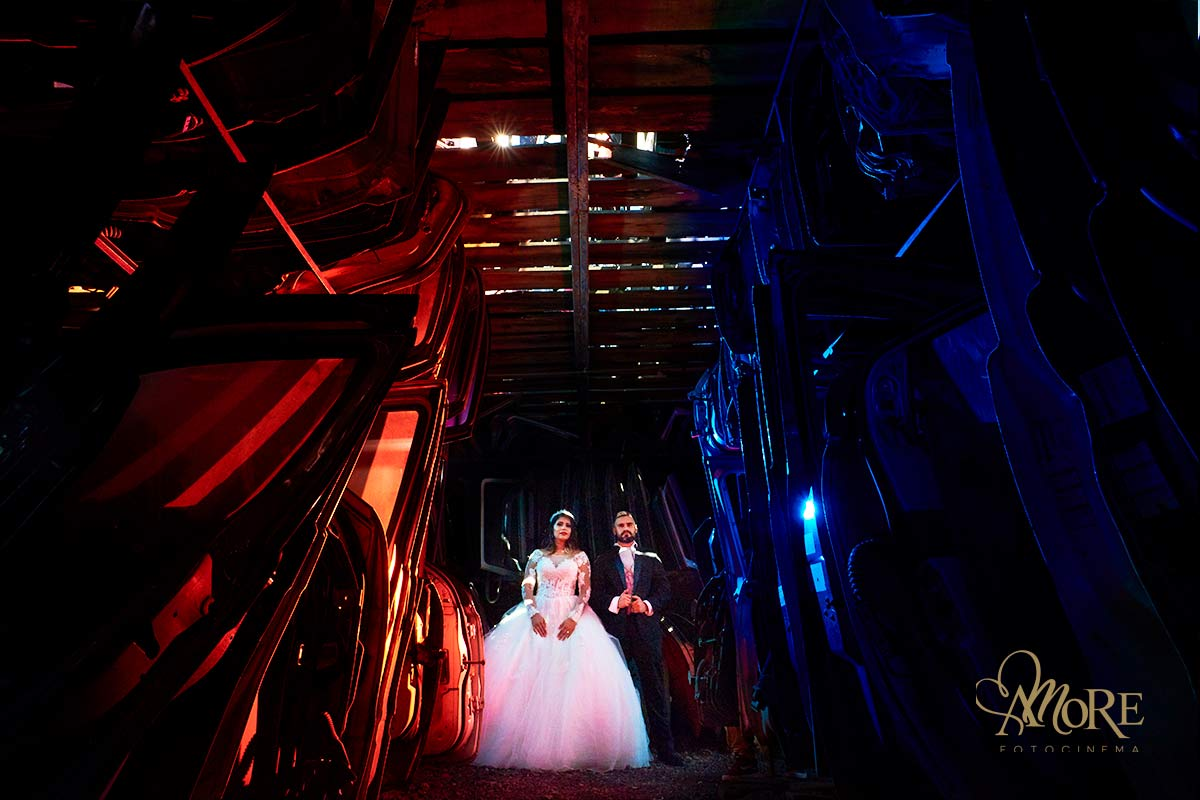 fotografiarse después de la bodaenlugares poco comunes usando el vestido de novia y el traje del novio